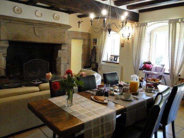 Petit d jeuner servi dans la grande salle manger avec for Decoration salon salle a manger avec cheminee