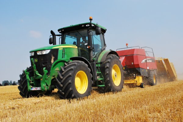 John deer 7230R avec presse New Holland BB 950A
