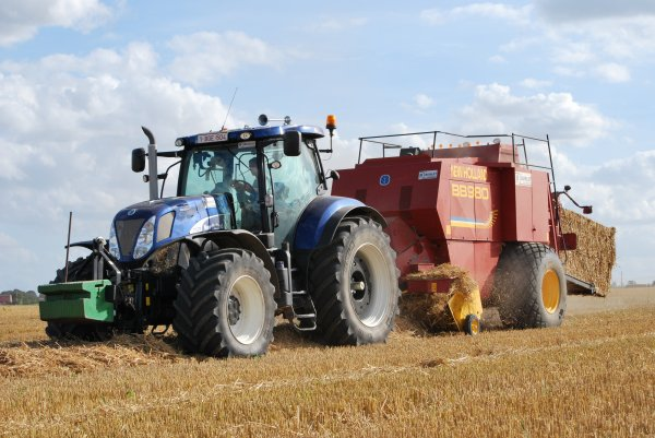 New Holland T 7 270 et New Holland BB980