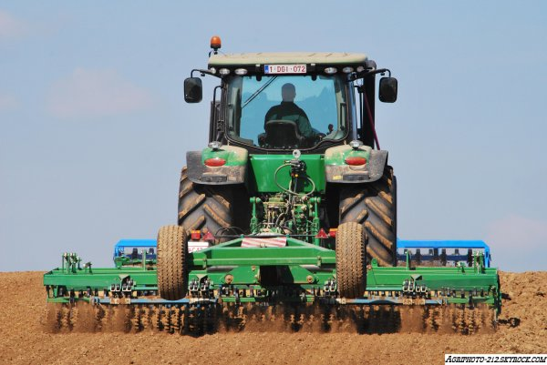Plantation betteraves john deer 6810 et gilles 12 rangs