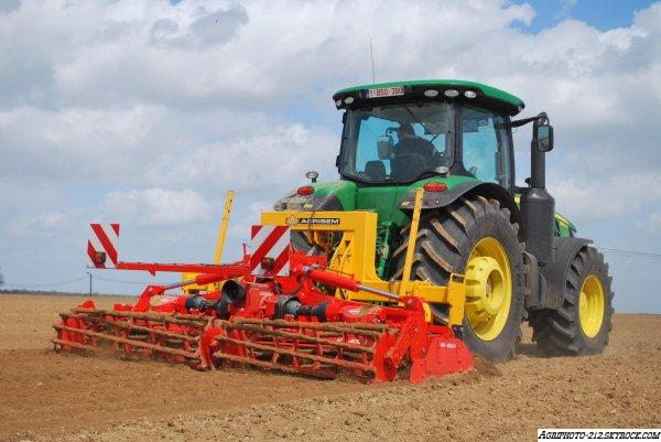 Plantation Pomme de terre avec un 8360R a l appret un 7230R a l appret et un 6210R a la plantation