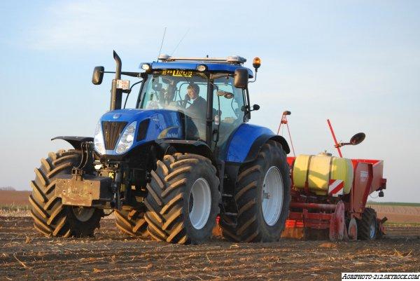 Plantation pomme de terre avec a l appret un New Holland T7030 et a la plantation un New Holland T7030 avec Grimme GL34T