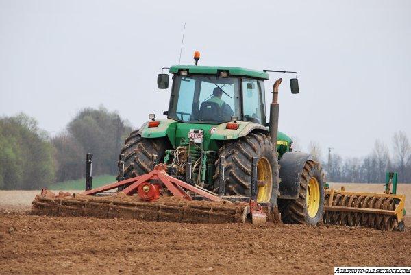 Plantation De Pomme de terre avec a l appret une John deer 7920 et un john deer 8400 et a la plantation un John deer 8310R avec grimme GL420