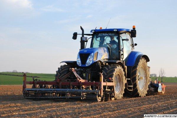 Plantation pomme de terre avec un New Holland T7030 a l appret et un T7030 a la plantation avec Grimme GL 34T