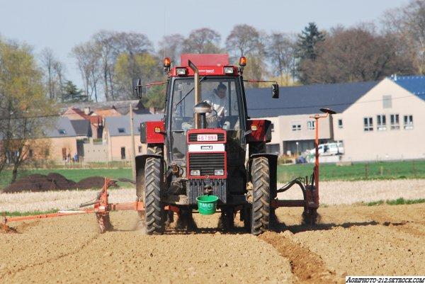 Plantation De Maïs Avec un Case 1455 XL et Kuhn PL Junior 6 Rangs