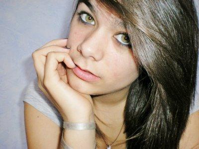 """""""Il y a des filles qui sont pourtant belles , drôles et intelligentes et elles sont malheureuse ."""""""