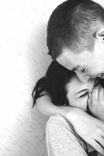 N'attends pas que la personne s'en aille pour lui crier ton amour. Si elle part, c'est qu'elle a déjà beaucoup trop attendu.