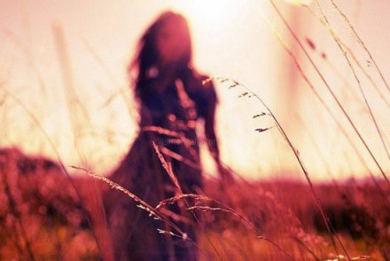 On ira tout en haut des collines regarder tout ce qu'Octobre illumine, mes mains sur tes cheveux, des écharpes pour deux devant le monde qui s'incline.