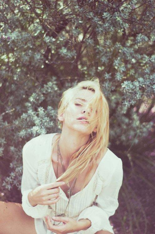 """""""Le bonheur est une petite chose que l'on grignote, assis par terre, au soleil."""" — Jean Giraudoux"""