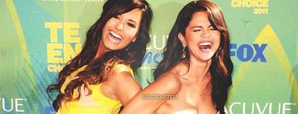 $$$$$$● FLASHBACK / EVENTS $$$ LE JEUDI 8 AOÛT 2011| Demi était présente à la cérémonie des Teen Choice Awards. $$$$Absolument magnifique ! Elle portait une jolie robe jaune de BCBG Max Azria et des Louboutin acidulées. Elle a $$$$finalement remporté le prix de la meilleure chanson de l'été avec son single Skyscraper. $$$