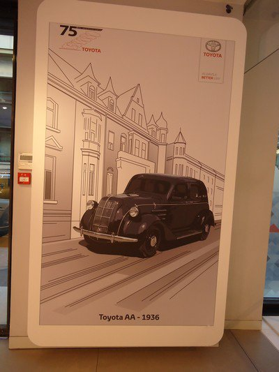 Toyota fête sur 75 ans sur les Champs Elysées