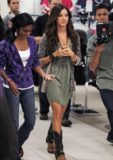 Ashley a été vue le 22 Août au Southcenter Mall à Seattle. Elle a fait du shopping avec la gagnante du JCPenney Back To School Shopping Spree.
