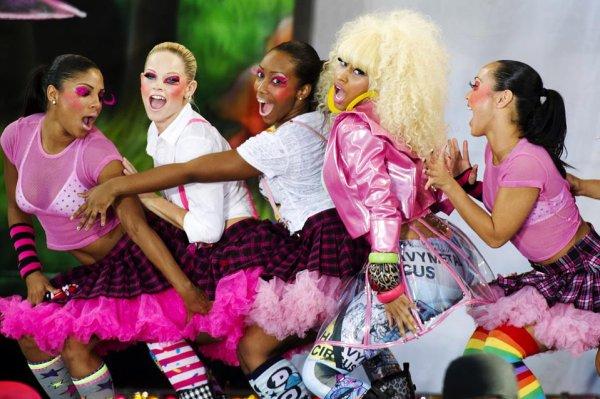 PICS chaud : Nicki Minaj a le défaut de fonctionnement de garde-robe sur le `GMA