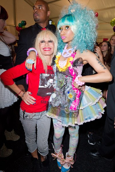 Nicki Minaj Bustes Out Wild Style à Betsey Johnson Voir