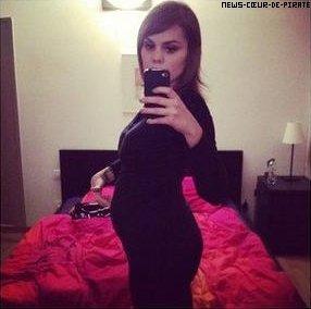 Béatrice Martin affiche fièrement son ventre arrondi. À 5 mois de grossesse, Coeur de Pirate semble heureuse et attend avec impatience l'arrivée de sa petite FILLE, avec Alex, son chéri !