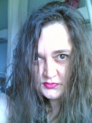 Me re voilà ! Bonjour à tous mes ami(e)s. Voici une nouvelle photo de moi, d'aujourd'hui. Oui, mes cheveux ont changés lol ! Mais ce sont mes cheveux naturels cette fois, et non pas lisser MDR. ;) Vous m'avez manqués tous trop trop trop !!! Contente d'etre revenue, mais laissez moi le temp de lire tous mes messages car j'en ai 500 à lire MDR. Et après je saurai toute à vous, car je suis revenue en forme ! Et désolée pour mon silence, à tous ceux qui me connaisse bien. Merci de ne pas m'avoir oubliée pendant tous ces mois. Je vous adores. Kiss kiss kiss Idiliss (Carine).