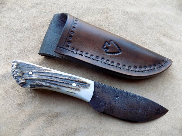 couteau droit lame forgée manche en bois de cerf étui cuir