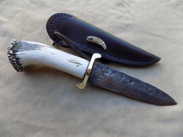 couteau droit lame forgée manche en bois de cerf étui cuir avec motifs