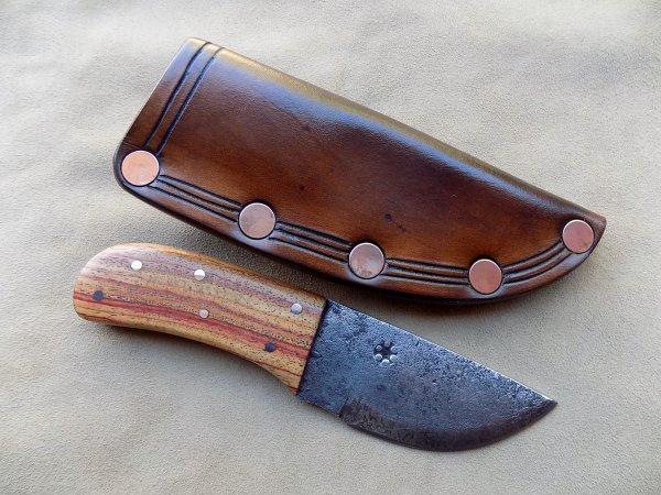 couteau type dépiauteur lame forgée plaquette en bois de rose étui riveté avec motifs