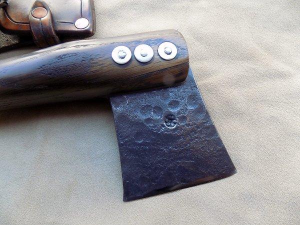 hache forgée manche en bois de noyer