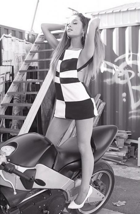 Ariana Grande dévoile des photos osées pour son nouvel album !