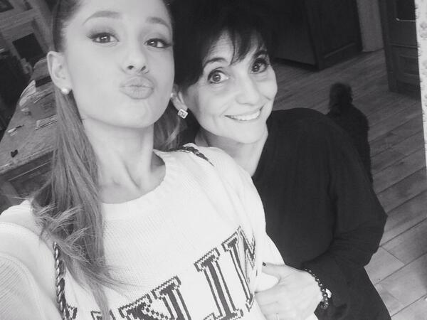 Ariana Grande laisse un message émouvant à sa mère sur Twitter