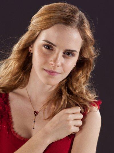Hermione Granger (Emma Watson) ravissante pour le mariage de Bill Weasley et Fleur Delacour .