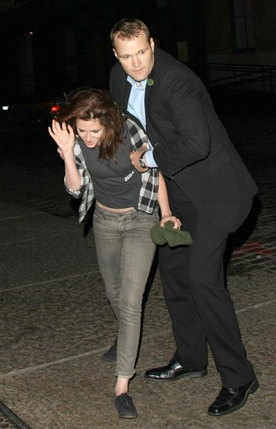 kristen arrivant pour Welcome to the Riley...