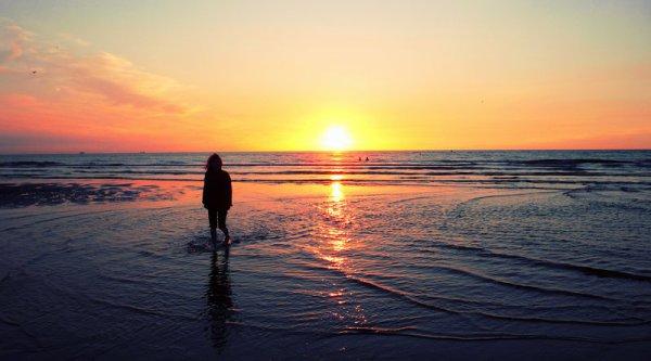 Ne reste jamais seule, car si tu es seule, tu penses. Si tu penses, tu te souviens. Si tu te souviens, tu pleures. Et si tu pleures, c'est que tu l'aime encore ..