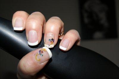 pose sur ongles naturel au gel déco micro billes et strass