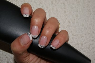 pose gel sur ongle naturel déco noire au konad
