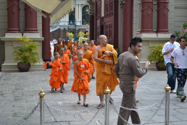 Jeunes moines sortant du temple, respect aux boudistes!