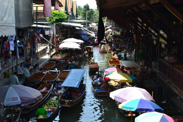 Le marché flottant de fruits exotiques