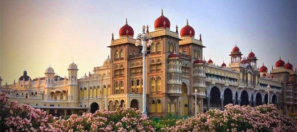 Prochain roadtrip en Inde à la découverte des somptueux palais et du pays aux mille odeurs. Plus de trois semaines pour découvrir ses couleurs et ses paysages.