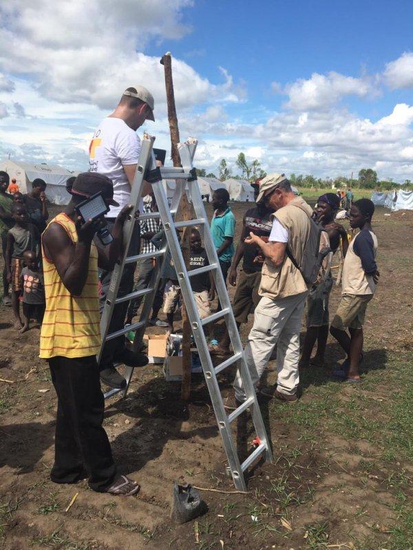 Installation de lampes solaires dans les camps