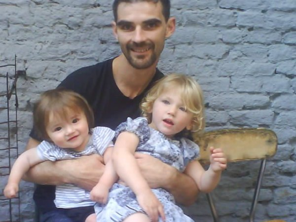 voici mon papa avec mes 2 petites soeur ines et maelis il manque ma belle mere !!!!!