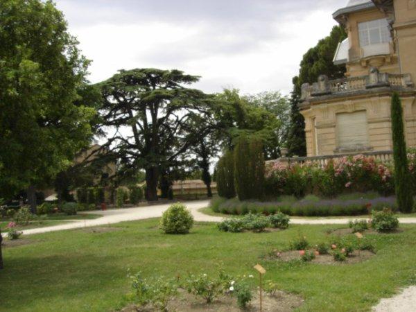 je vous mets la photo du château de la roseraie ou je vais au club de broderie ,il y a  un joli parc  avec des rosiers ,des arbres c'est un cadre magnifique