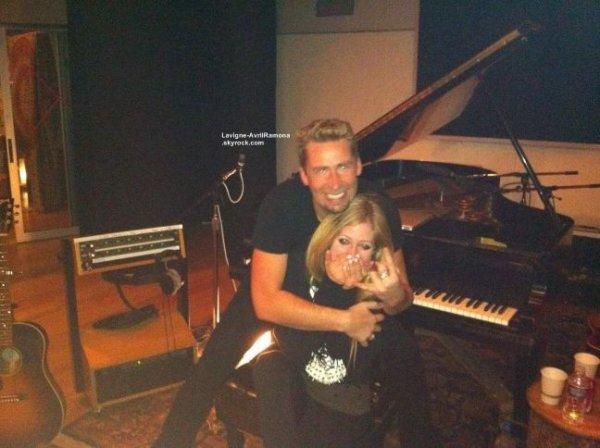 28 FÉVRIER 2012 : Avril tweeté cette photo de son avec le Tchad Kroeger de Nickelback en studio ensemble