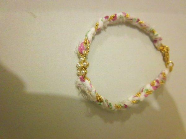 Bracelet avec petite fleur en perle au milieu, 2 euros.