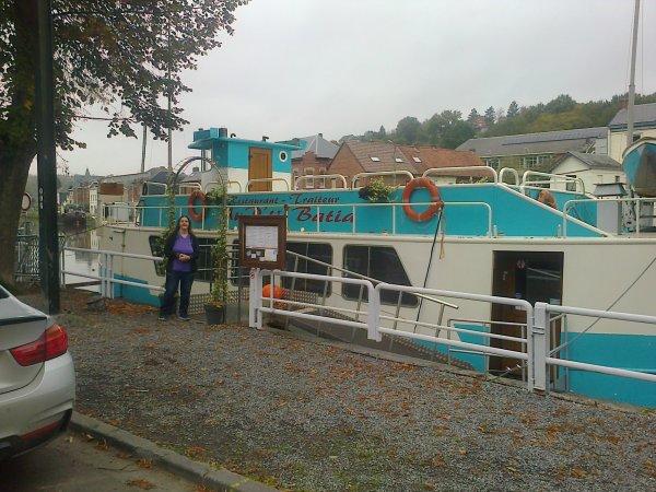 Petite promenade le long de l eau et dans les magasins le 21 et 23 octobre 2014..... derrière moi se trouve la péniche qui abrite le musée de la batellerie, je l ai déjà visité c était très bien et dans le bateau c est un restaurant ! !