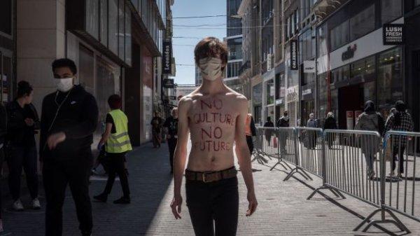 Un artiste performe dans la rue Neuve et reçoit un pv Covid