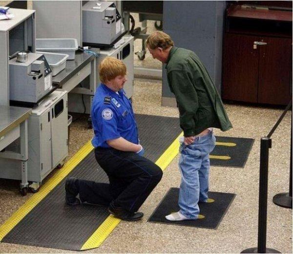 On peut dire que certains policiers profitent vraiment de leur autorité… Regardez ce pauvre homme à l'aéroport : il se fait contrôler le pantalon baissé devant un policier plus que bizarre…