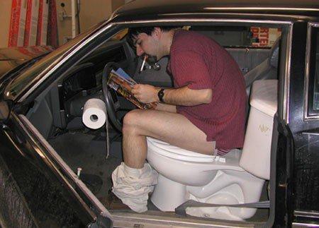 Des toilettes dans une voiture, impossible me direz-vous… Mais regardez-cette image : ce mec en a installé dans la sienne à la place du siège conducteur. Pratique quand on est seul, mais moins quand on doit raccompagner une belle nana chez elle… Saviez-vous que, d'après la World Toilet Organisation, nous passons en moyenne 3 ans de notre vie aux toilettes ?