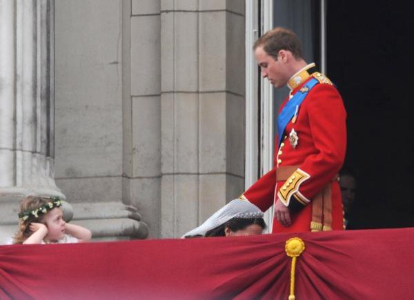 A l'occasion du mariage du Prince William avec la belle Kate Middleton, image-drole.eu présente déjà la première image marrante du couple. Ici, on peut voir Kate déjà très soumise à William… On leur souhaite quand même beaucoup de bonheur !