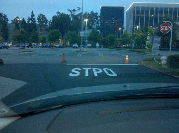 """On a déjà vu, sur image-drole.eu, un STOP qui devenait un SOTP. Et là, on voit autre chose : un STOP devient un STPO. Bravo aux """"traceurs"""" !"""