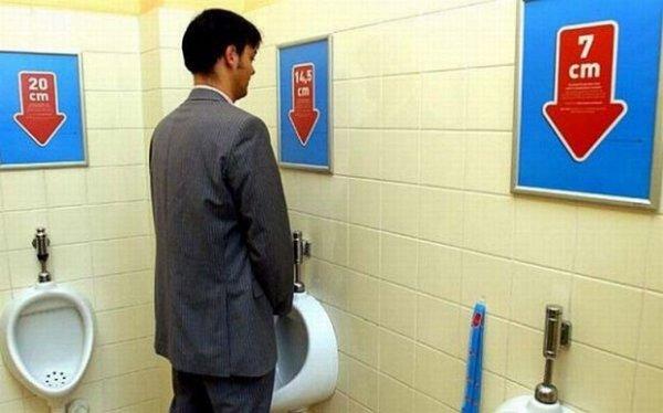 Des urinoirs, on en voit partout, mais des urinoirs exprès pour les tailles de pénis, on en voit moins souvent. Ici, les tailles vont de 7 à 20 cm. Personnellement, je me mettrais dans l'urinoir tout à gauche, de 20 cm