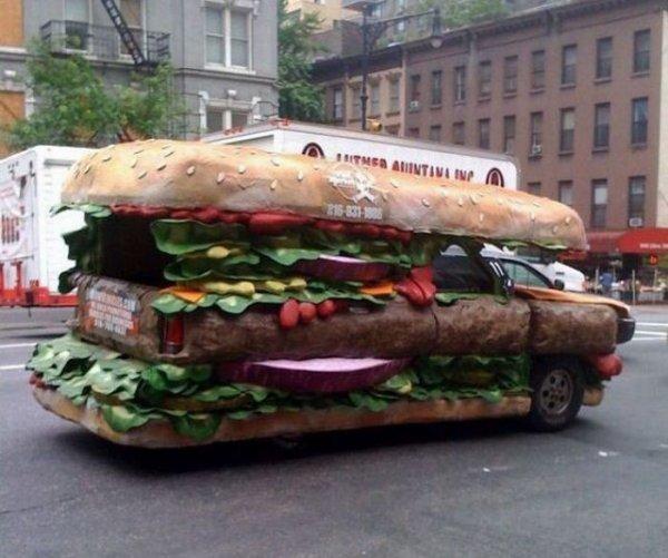 Les marques de hamburger, ou fast food, sont prêtes à tout pour avoir le maximum de clients. Cette enseigne a décidé de créer une voiture-hamburger. Pas mal !