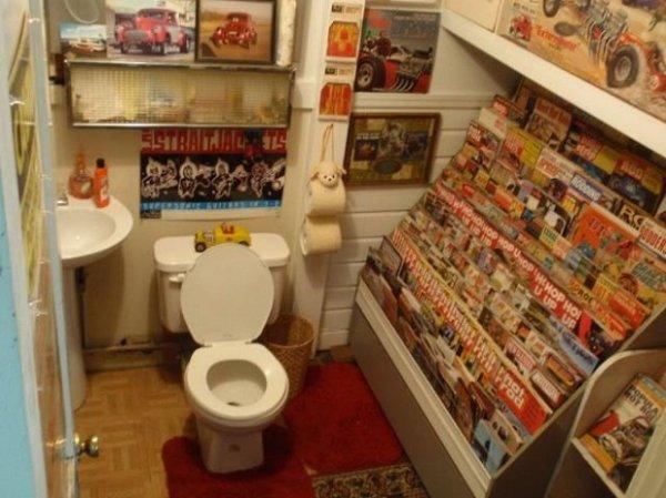 On a tous déjà passé un peu de temps à lire dans les WC. Mais le mec qui a installé ça chez lui y passe vraiment beaucoup de temps : il y a mis toute sa collection de magasines/livres/bd…