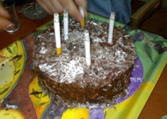 un gâteau avec des cigarettes en guise de bougie c'est possible ! Mais, entre nous, il faut vraiment être tordu pour faire ça :/
