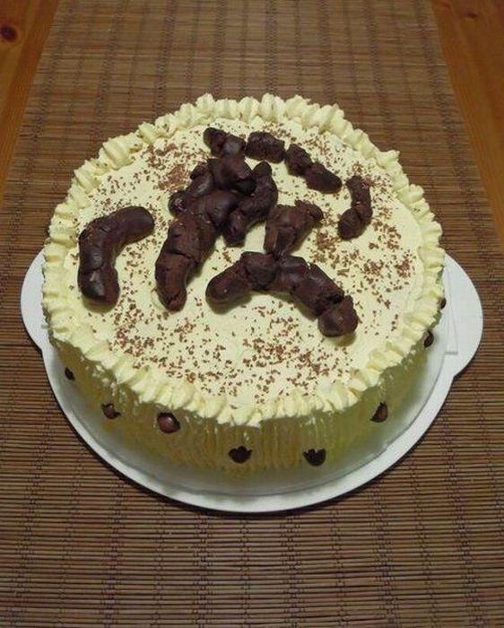 En voilà une bonne idée de cadeau d'anniversaire pour votre pire ennemi : un gâteau fait avec de belles crottes de merde. Hummm, bon appétit bien sûuuuuuur !